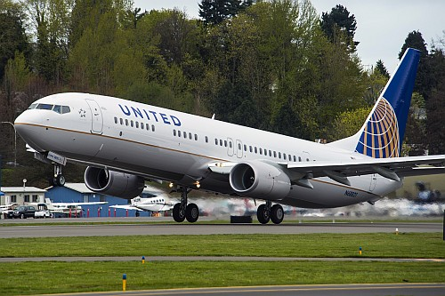 8000. Boeing 737 United Airlines
